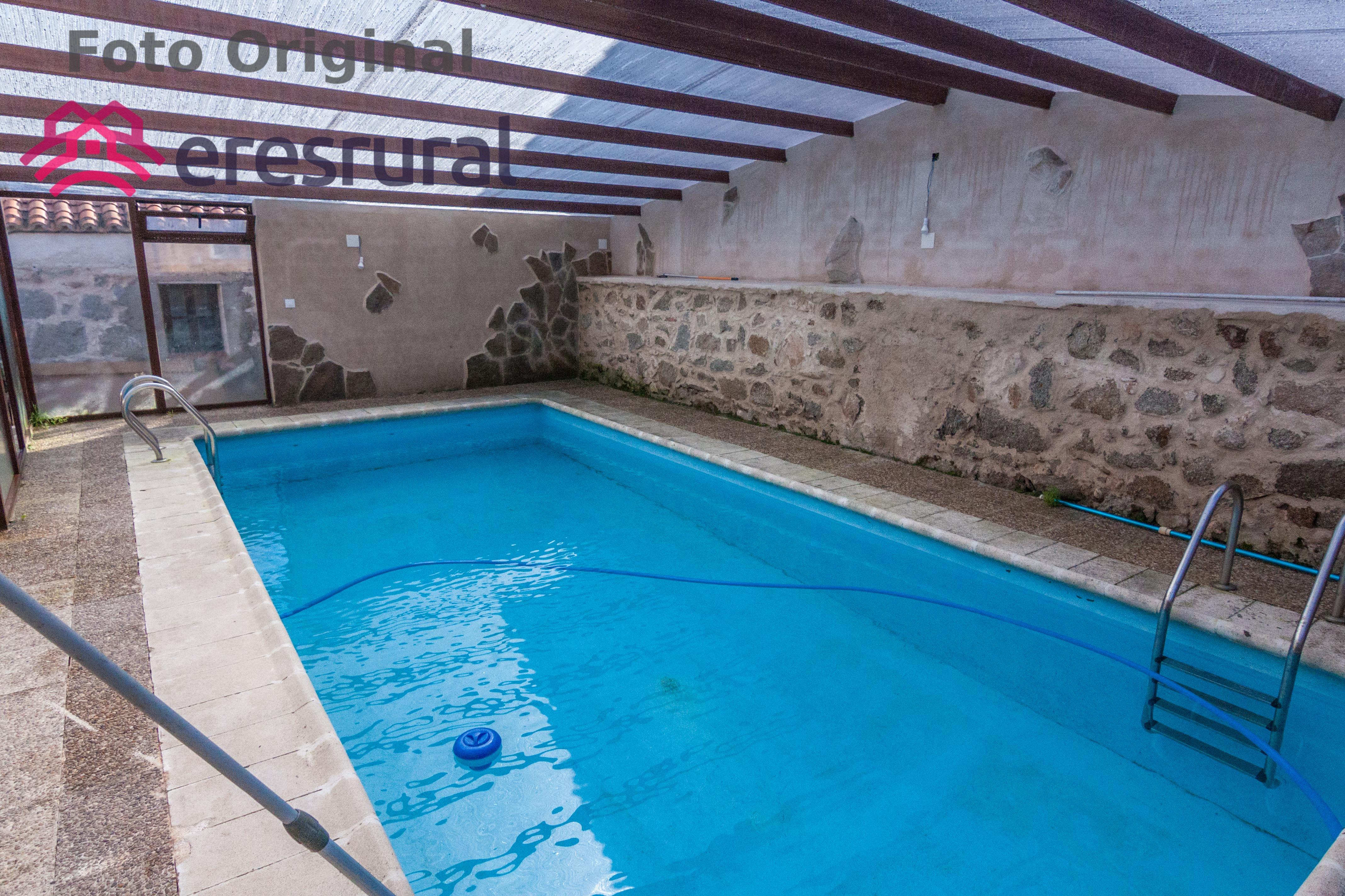 R stica casa rural que cuenta con un porche con barbacoa y for Barbacoa y piscina madrid