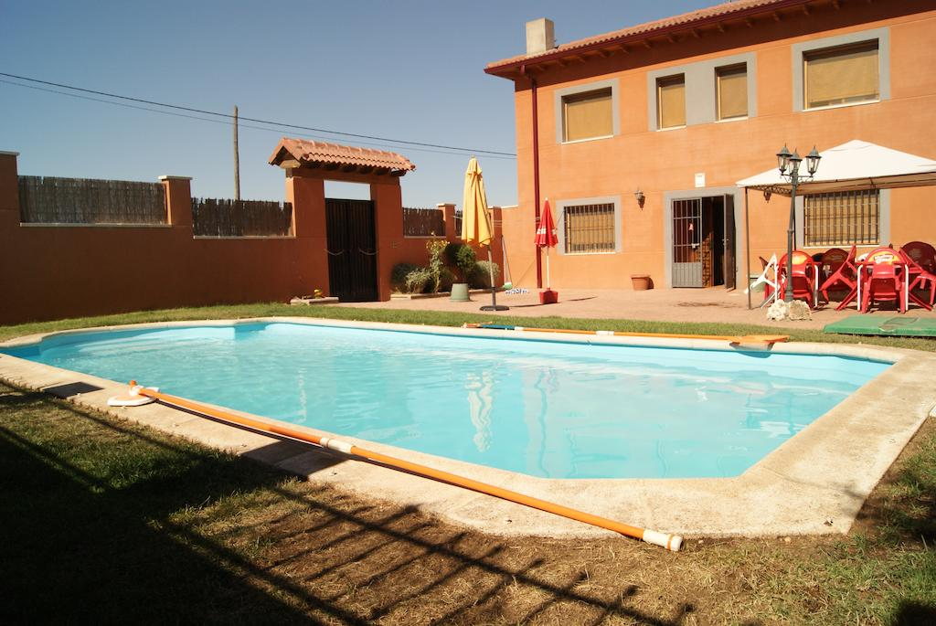 Casa rural ideal para grupos cuenta con zona de bar piscina exterior barbacoa y conexi n - Casas rurales con piscina cerca de madrid ...