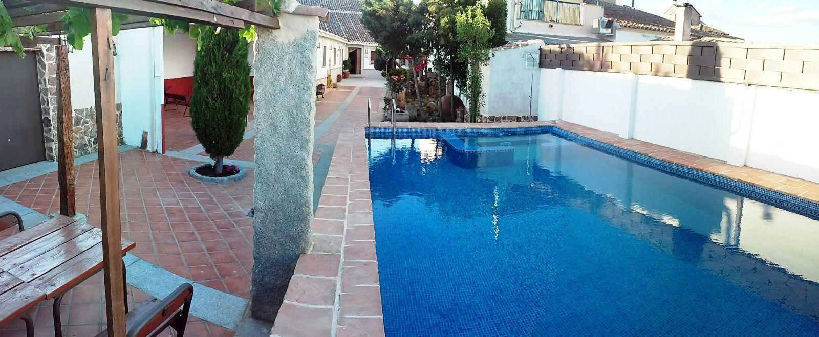 R stica casa rural en el centro de un peque o pueblo en for Casas rurales con piscina en castilla la mancha